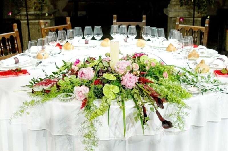 Centros de flores naturales para mesas de novios