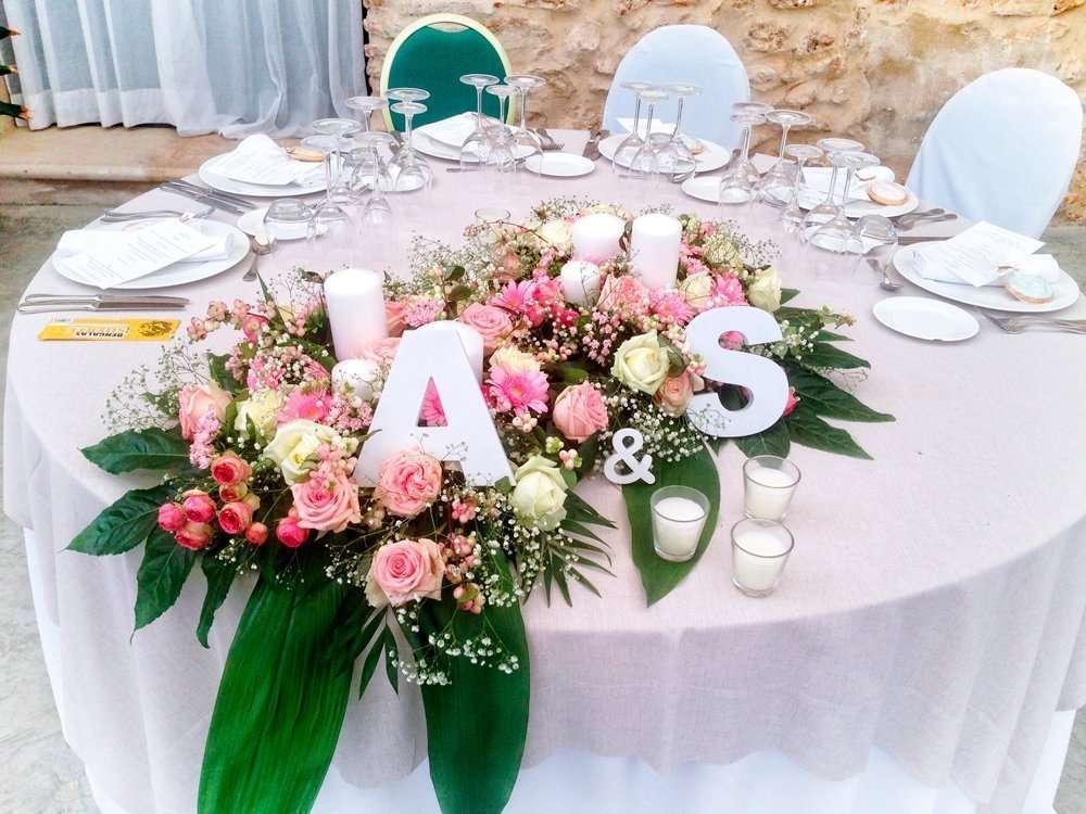 Centro para mesa de novios con letras Flores Fela bodas y eventos