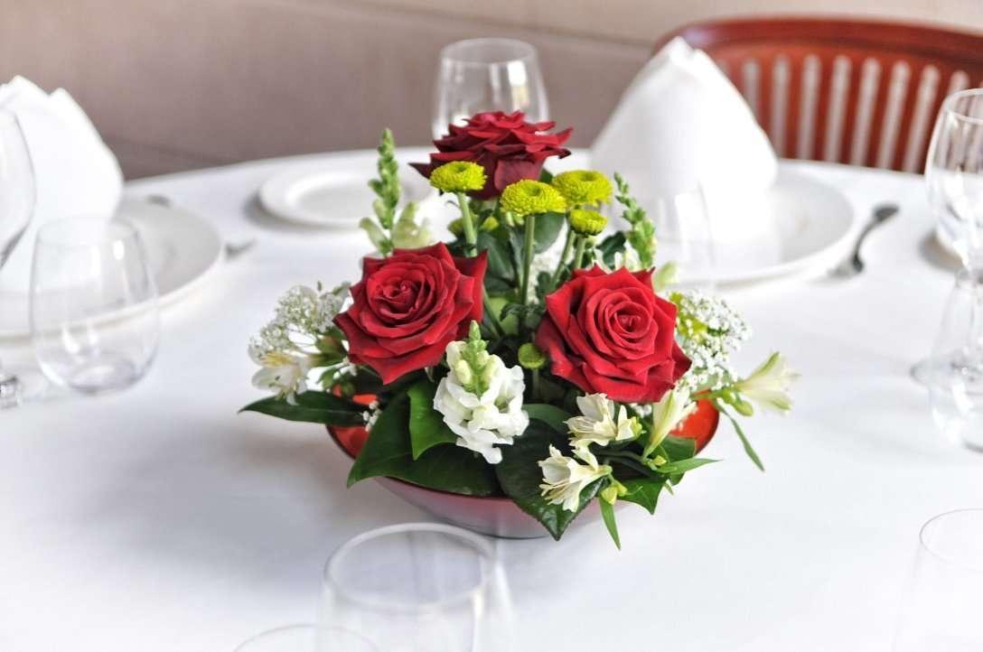 Centros de mesa para invitados con rosas flores fela for Adornos para bodas con plantas