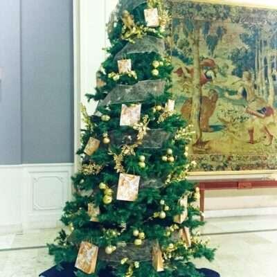 Árbol de Navidad en tono amarillos y blancos