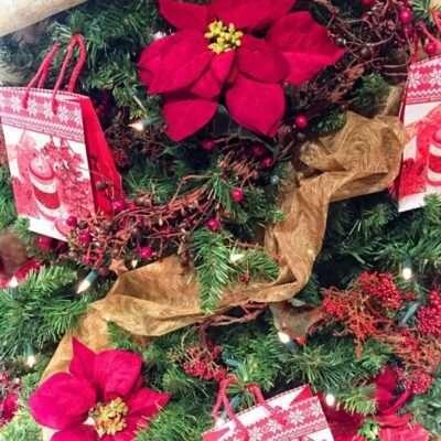 Detalle Árbol de Navidad tonos rosas y dorados