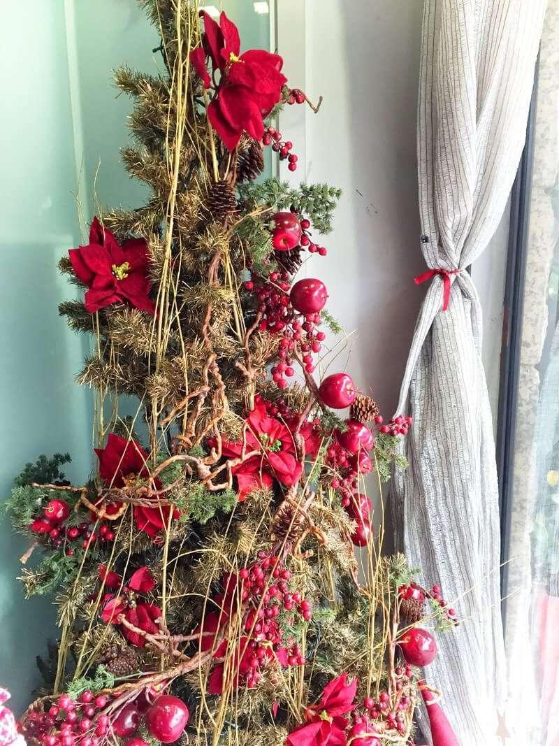 Árbol de Navidad de pino en tono rojo