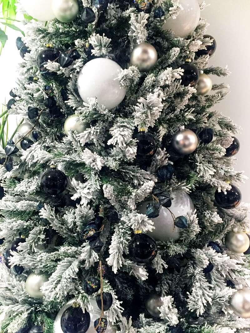 Rbol de navidad blanco nieve detalle flores fela - Nieve para arbol de navidad ...