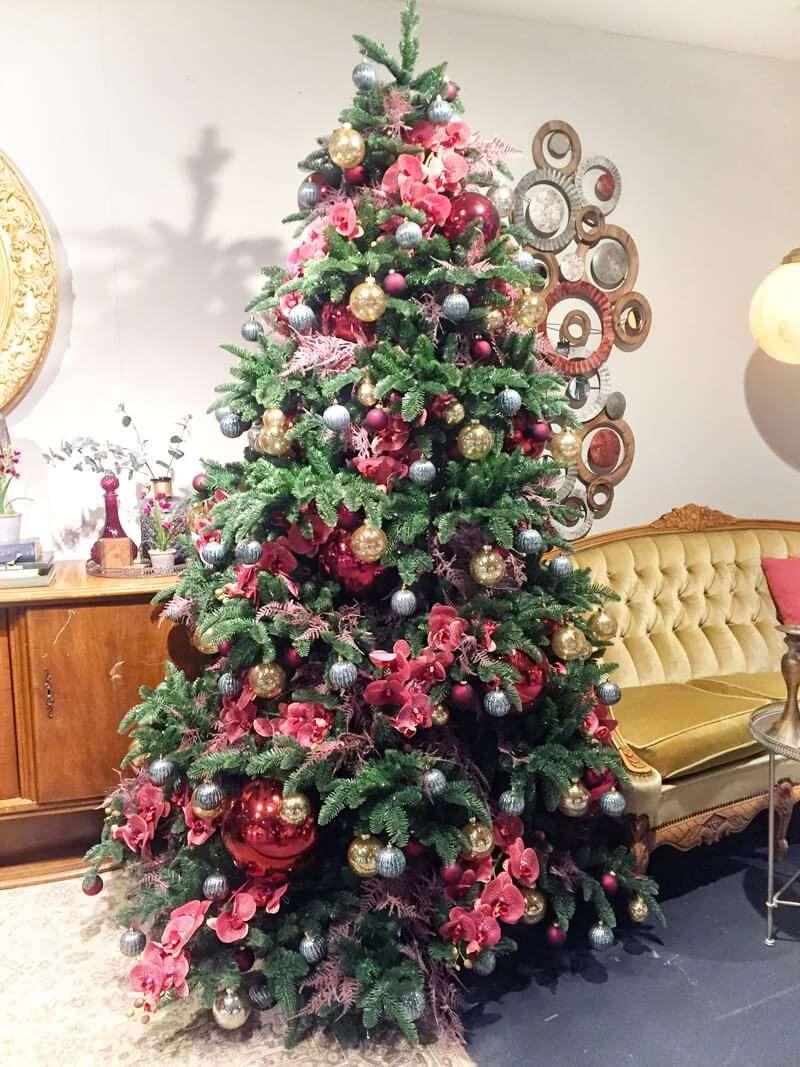 Árbol de Navidad de flores y bolas