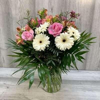 Ramo flores fela de mano en tonos verde y rosa