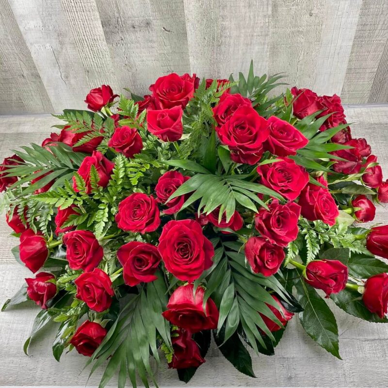 Centro de rosas para funeral redondo