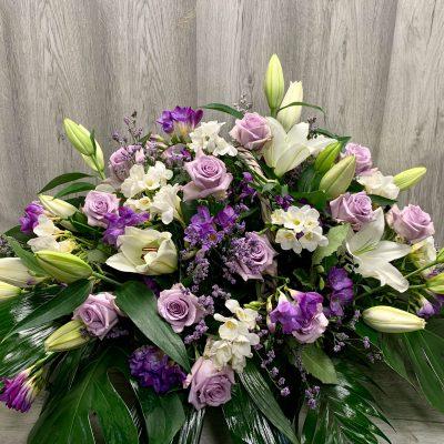 Centro de flores en tonos lilas